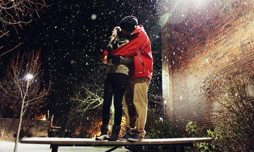 Картинки когда парень обнимает девушку за ноги 16