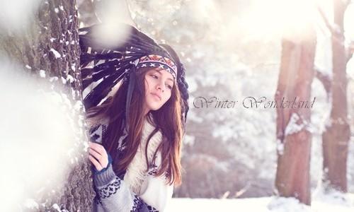 Зимова фотосесія в лісі дівчина в