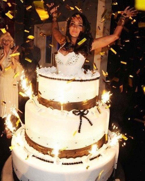 Девушка выпрыгивает из торта картинка